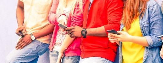 Lidé s mobily v rukou